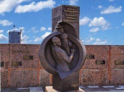 Один из памятников Александру Маринеско