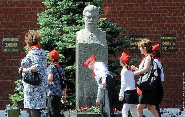 Могила Розалии Землячки (Зоскинд) в Кремлёвской стене. Фото Владимира Федоренко /РИА Новости