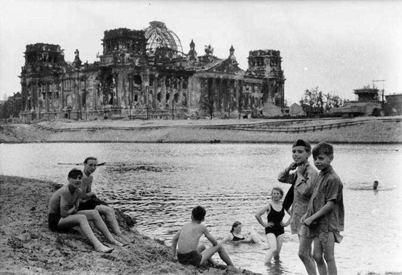 Немецкие дети купаются в реке Шпрее. 1945 год.