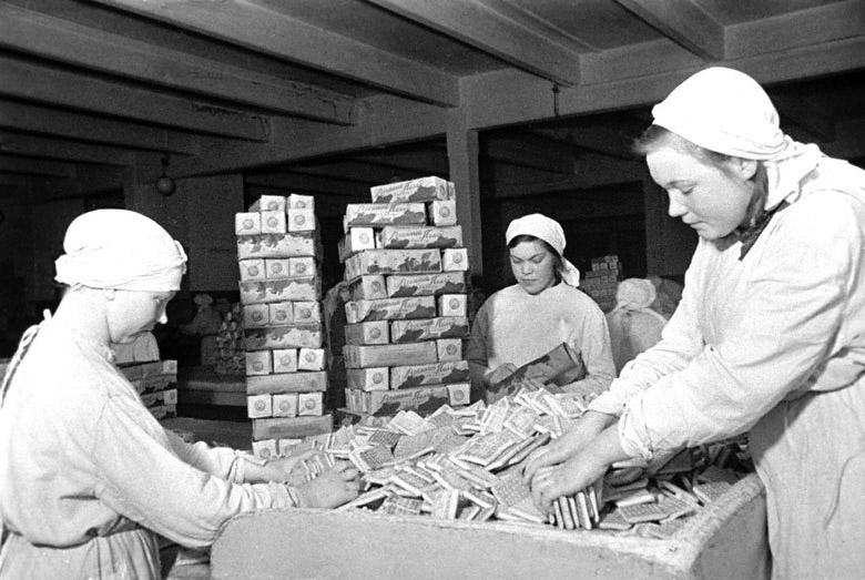 Работницы фабрики «Большевик» упаковывают галеты для отправки на фронт