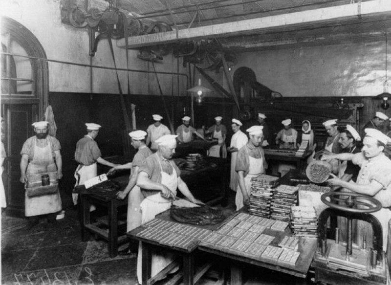 Рабочие в дореволюционном конфетном цехе