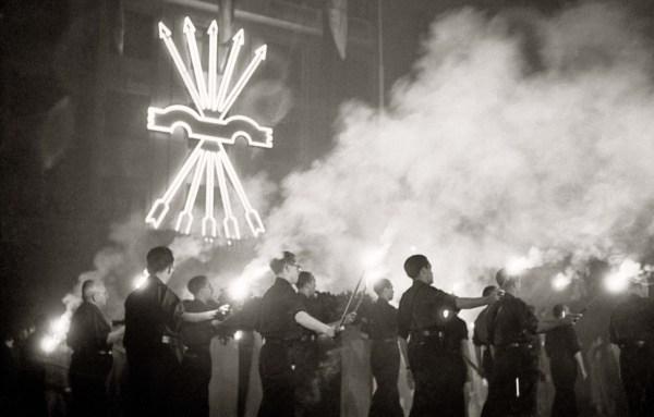 Члены партии Испанская фаланга несут венок к могиле Хосе Антонио. !942 год