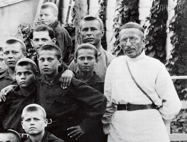 Антон Макаренко с воспитанниками
