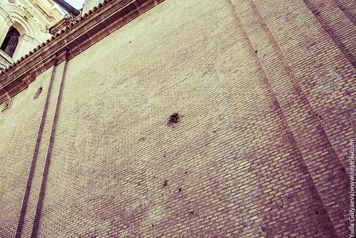 Следы Гражданской войны на стенах базилики