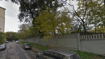 Дорожка вдоль бетонного забора ведёт к дому на Кутузовском проспекте 4/2 (слева), прямо вдоль внутренней стороны бывшего вала.