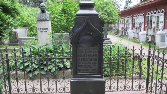 Памятник над могилой Исаака Левитана на Новодевичьем кладбище. Один из немногих, полностью сохранившихся с того времени, когда он находился на Еврейском кладбище за Дорогомиловской заставой.