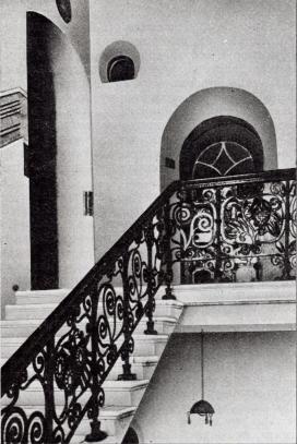Та же лестница в начале XX века. Хорошо видна арка лифта.