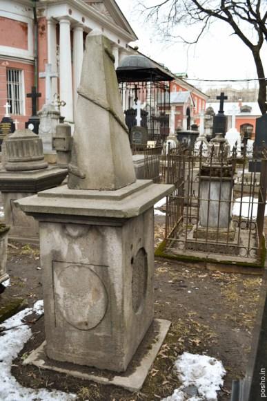 """Надгробный памятник, ошибочно приписываемый Д.А.Салтыковой. На нем можно увидеть иконки и прочие знаки почитания от странных """"поклонников"""" наследия помещицы."""