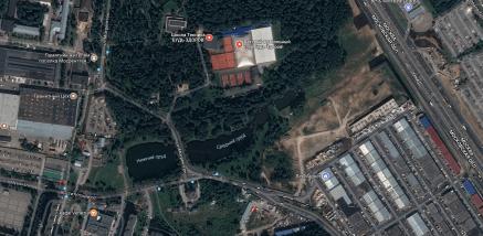 """Если сравнить предыдущую карту с увеличенным изображением современного спутникового снимка от Google, можно увидеть, что барская усадьба Салтычихи была расположена примерно на месте нынешнего спортивного клуба, по злой иронии судьбы названного """"Будь здоров!"""""""