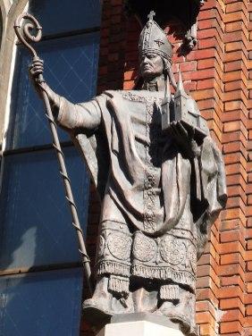 статуя Альберта Буксгевдена на стене основанного им Домского собора в Риге.