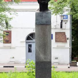 школа №353 им.пушкина, фотография, бюст пушкина перед школой