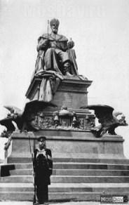 Памятник Александру III возле Храма Христа Спасителя в Москве