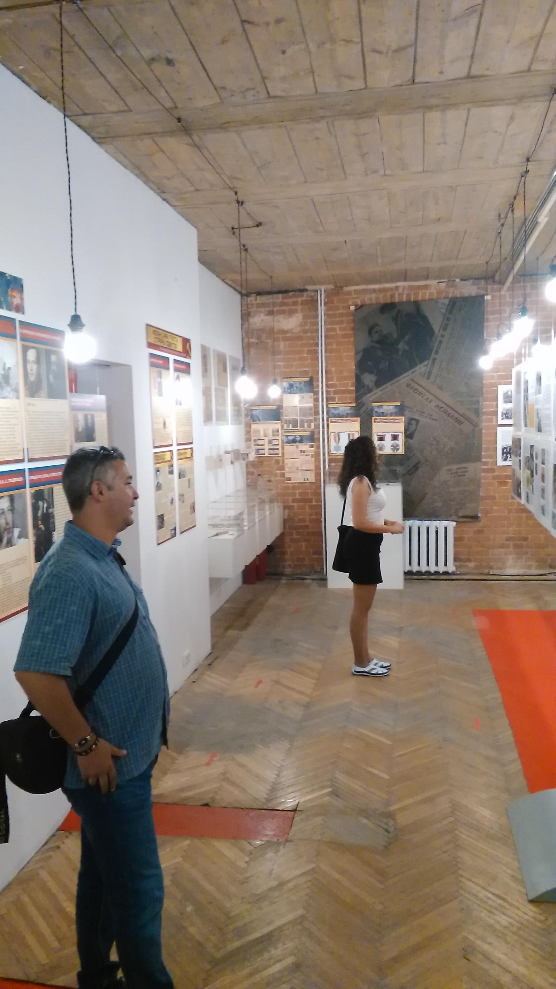 Эстер Леаль Агуита и Хуан Франсиско Аренас де Сориа осматривают экспозицию