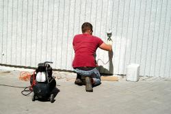 Czym jest natryskowe malowanie ścian?