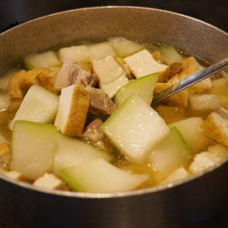 なんやかんや9月もまだ上旬なのに寒いくらいですよね?と、いやあったか「塩豚と厚揚げ、冬瓜の煮物」の登場ですよ!とわっせと大鍋で仕込み中!ナンプラーでほんのりベトナム風!みずみずしい初秋の煮物です!(お)