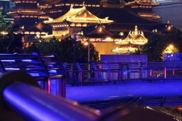 Jing'an-Tempel von der Fußgängerüberführung aus gesehen