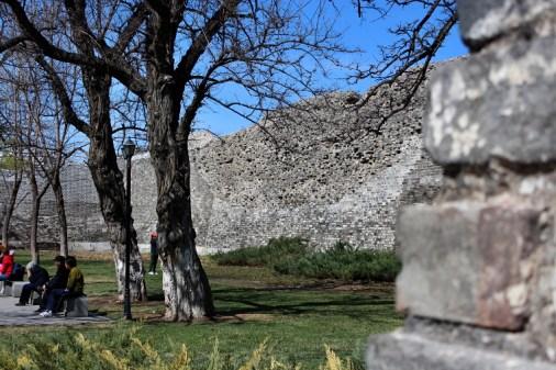 Als Ruine restaurierte Stadtmauer