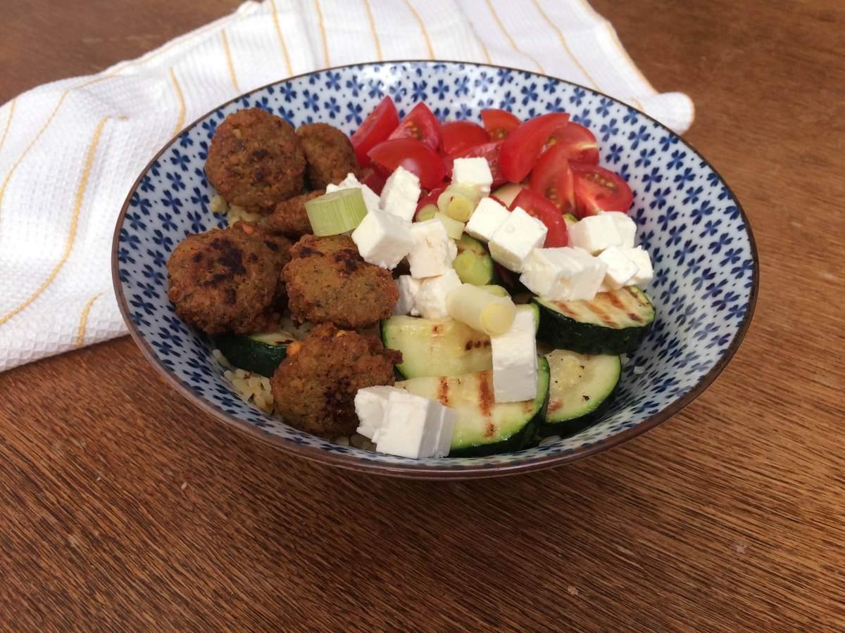 Bulgursalade met gegrilde courgette en falafel