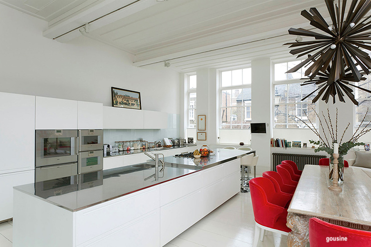 housing-white-kitchen-red-chairs