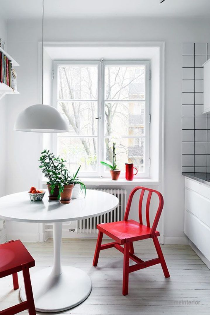 red-chairs-white-kitchen-round-white-table