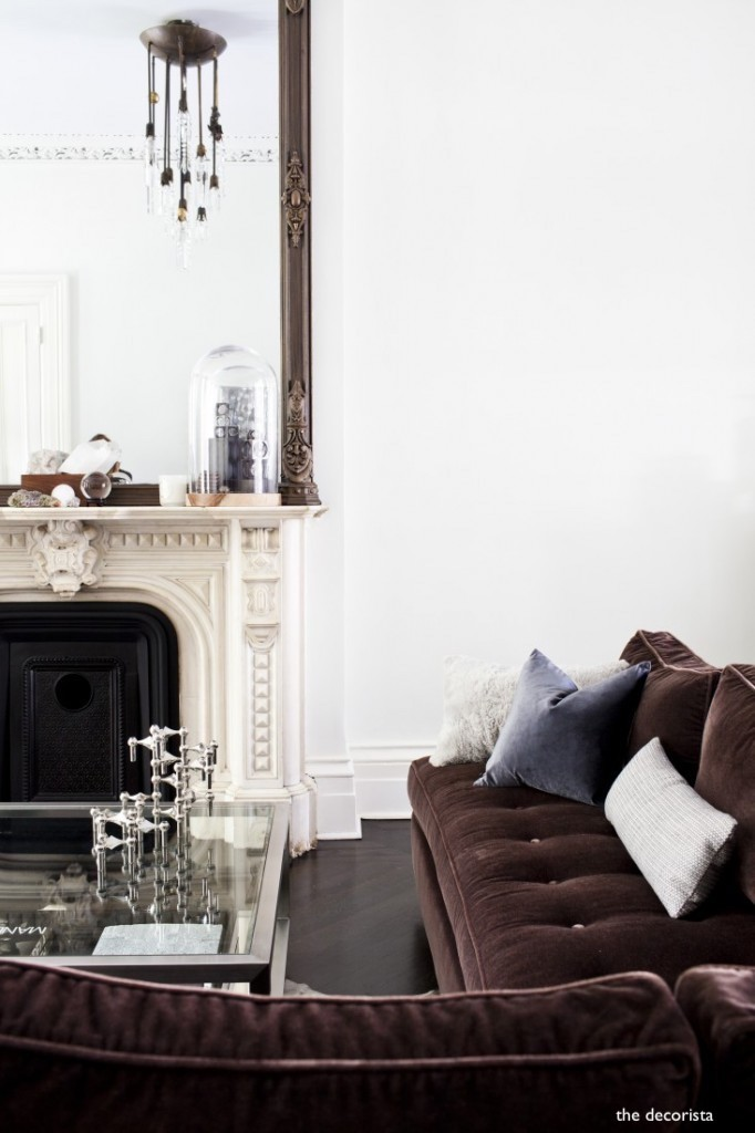 the decorista-brooklyn-townshouse-velvet-sofa-marble-fireplace
