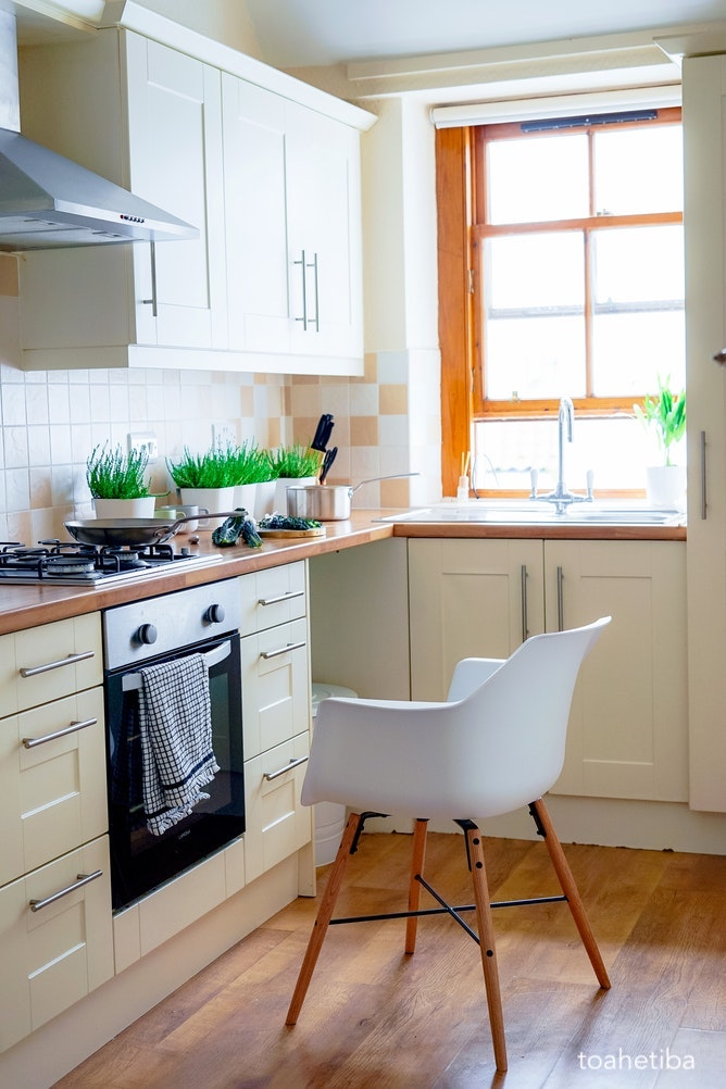 toahetbia-white-kitchen-butcherblock-counter-top-planted-herb-pots