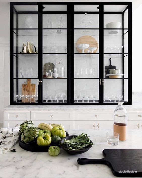 studiolifestyle-white-black-kicthen-glass-cabinets