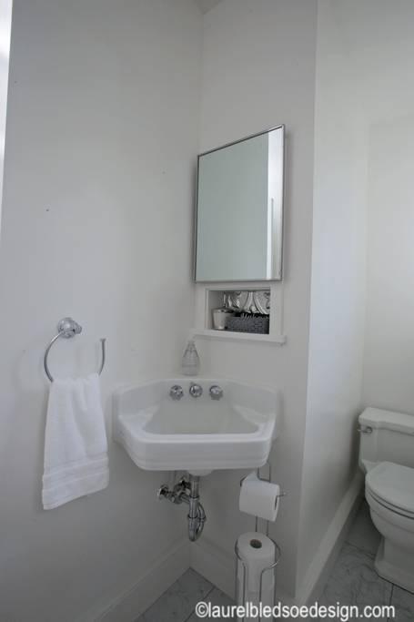 laurelbledsoedesign-airbnb-makeover-vintage-bathroom