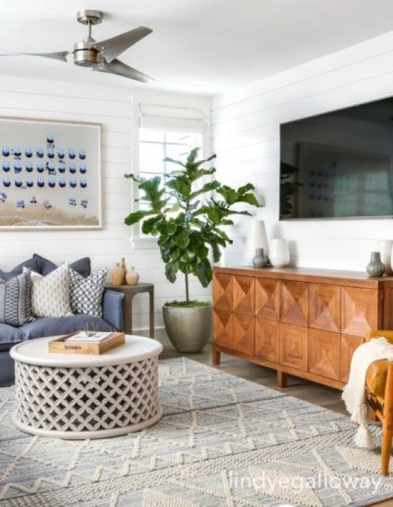 lindyegalloway-blue-white-ling-room-white-walls