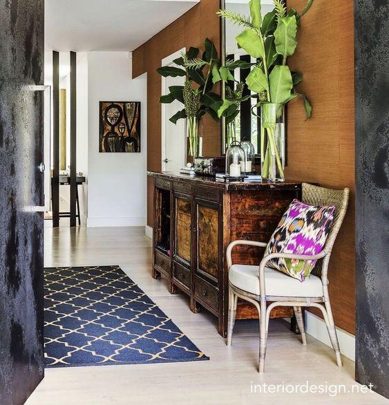 interiordesign.net-antique-furniture-foyer-grasscloth-blue-area-rug