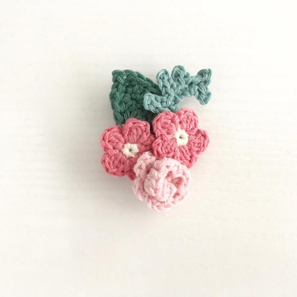 Crocheted floral bouquet brooch in pink