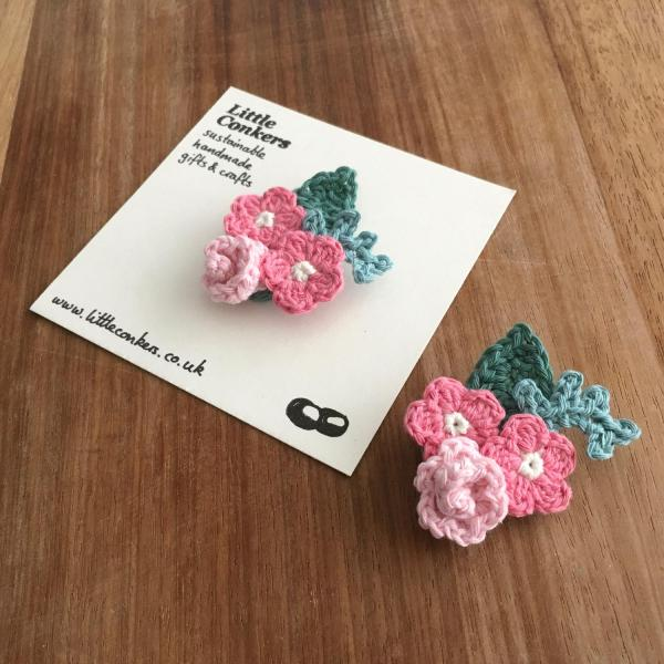 Crocheted bouquet brooches with pink flowers and green leaves