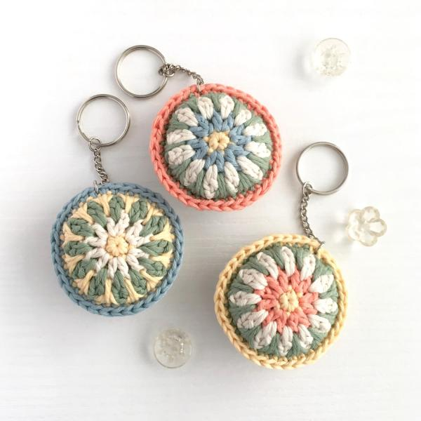 Pastel-coloured crocheted keyrings in organic cotton