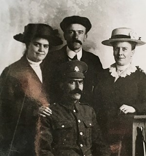 Phot of Steve Oakins with his siblings probably taken in 1915