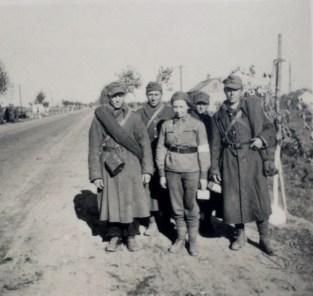 Польские военнопленные и санитары по дороге в Варшаву