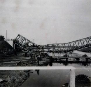 Взорванный мост через реку Бзура в районе города Сохачев (Польша)
