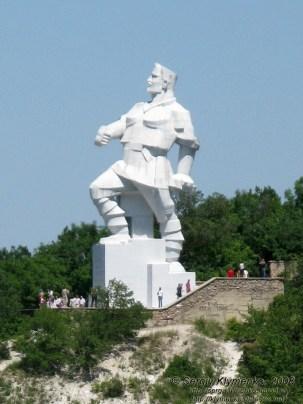Бетонный памятник Артёму в стиле кубизма