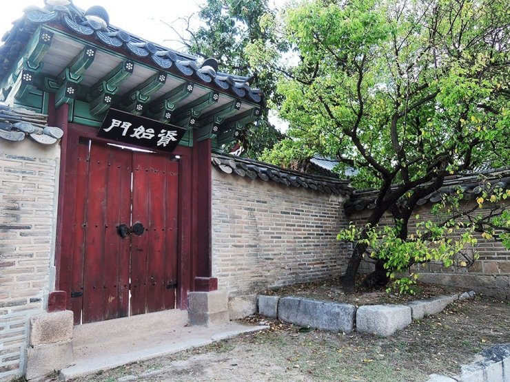 Things to do in Seoul - visit the Changdeokgung Palace Complex, a fantastic example of pungu-jiri, the Korean geomancy that focuses on architecture's harmony with nature