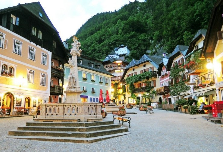 Hallstatt's beautiful town square surrounded by pastel-colored houses. It's a beautiful city to explore as a side trip from Salzburg.