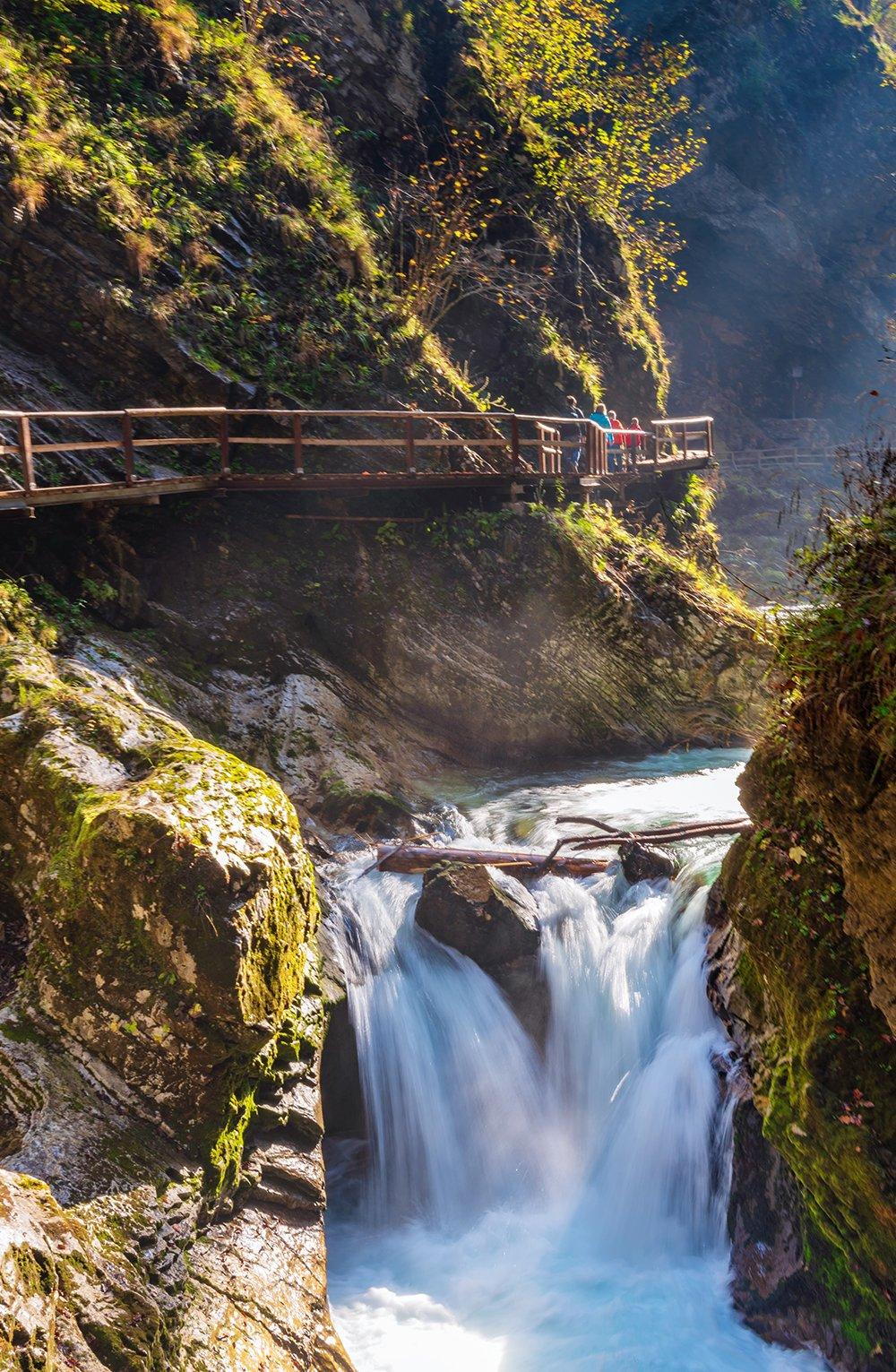 Tagesausflüge vom Bleder See – besuche die Vintgar-Schlucht, nur eine kurze Fahrt vom Bleder See entfernt. Gehe spazieren entlang des spektakulären türkisblauen Flusses, vorbei an einer Vielzahl von kleinen Wasserfällen und Stromschnellen. Es ist ein entspannender Spaziergang in einem von Sloweniens schönsten Naturgebieten. Klicke Dich durch zu unserem Bled Reiseführer.