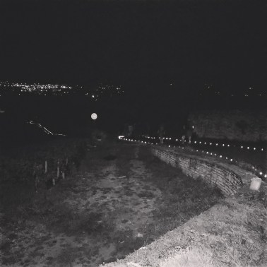 Le chemin de lumières, composé de 2 000 bougies