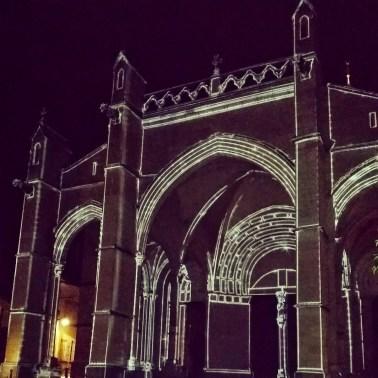 La collégiale Notre-Dame de Beaune. Les projections mettent en valeur l'architecture romane du portail et gothique du porche
