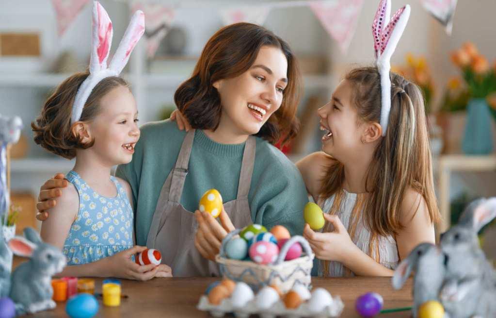 Un anniversaire moderne et sobre sur le thème de Mickey avec recettes, idées cadeaux et décoration pour les 2 ans d'un petit garçon.