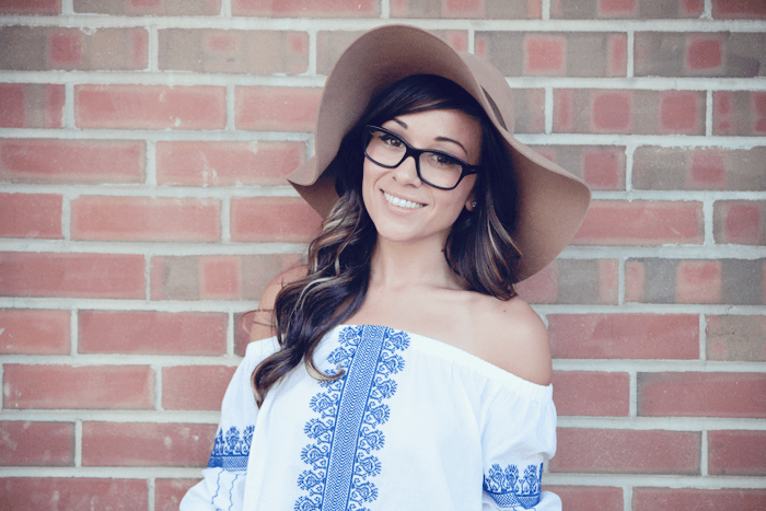 Bookmark this to see how this fashion blogger combines these two Summer pieces, and neutral details to put the whole outfit together.