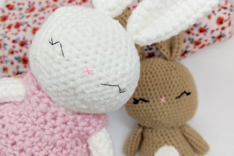 mini crochet bunny in a free pattern for beginners