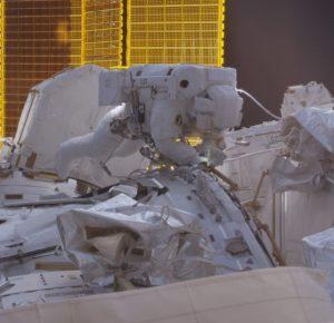 По време на работа на космонавтите в открития космос бяха наблюдавани от НЛО
