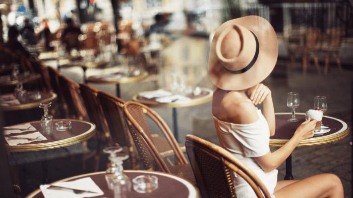 Une Parisienne en terrasse