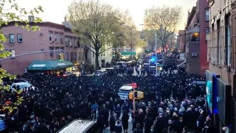 El alcalde de NY dispersa personalmente un masivo funeral de ...