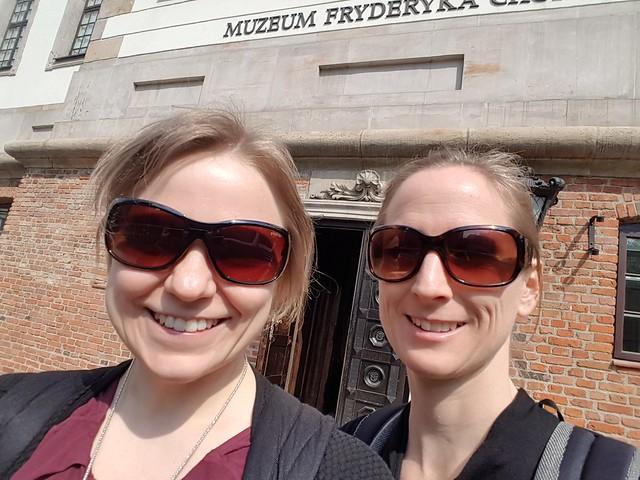 22 grader varmt (enligt min app) och soligt! På väg in på Chopin-museet.