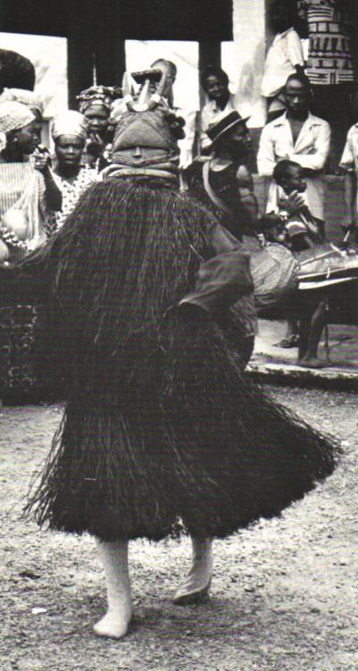 Fotografía de bailarín Mende con máscara Sowei